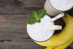 Χυμός καταφερτζήδων μήλων σπανακιού μιγμάτων μπανανών και πράσινο ποτό χυμού υγιείς στοκ φωτογραφίες με δικαίωμα ελεύθερης χρήσης