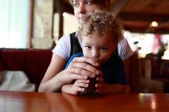 Χυμός κερασιών κατανάλωσης μικρών παιδιών στοκ εικόνες