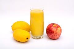 Χυμός μάγκο σε ένα γυαλί και μήλο στο λευκό στοκ εικόνες
