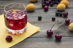 Χυμός μούρων με τα φρούτα Στοκ Εικόνα