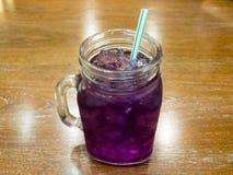 Χυμός μπιζελιών πεταλούδων/μπλε χυμός μπιζελιών για το ποτό στοκ φωτογραφία με δικαίωμα ελεύθερης χρήσης