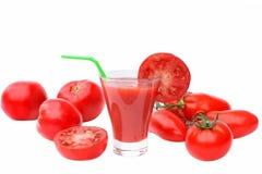 Χυμός ντοματών στο γυαλί και τις ώριμες ντομάτες Στοκ εικόνες με δικαίωμα ελεύθερης χρήσης