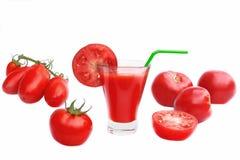 Χυμός ντοματών στο γυαλί και τις ώριμες ντομάτες Στοκ εικόνα με δικαίωμα ελεύθερης χρήσης