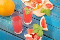 Χυμός πορτοκαλιών και γκρέιπφρουτ στο γυαλί Στοκ εικόνα με δικαίωμα ελεύθερης χρήσης