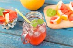 Χυμός πορτοκαλιών και γκρέιπφρουτ στο γυαλί Στοκ εικόνες με δικαίωμα ελεύθερης χρήσης