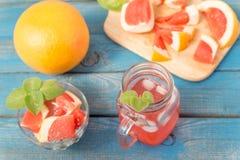 Χυμός πορτοκαλιών και γκρέιπφρουτ στο γυαλί Στοκ φωτογραφία με δικαίωμα ελεύθερης χρήσης