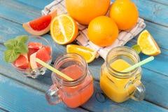 Χυμός πορτοκαλιών και γκρέιπφρουτ στο γυαλί Στοκ φωτογραφίες με δικαίωμα ελεύθερης χρήσης