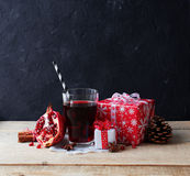 Χυμός στο γυαλί και ρόδι με το δώρο Στοκ εικόνα με δικαίωμα ελεύθερης χρήσης