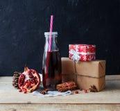 Χυμός στο μπουκάλι γυαλιού και ρόδι με το δώρο Στοκ Εικόνα