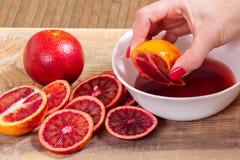 χυμός συμπιέσεων χεριών από το σισιλιάνο πορτοκάλι Στοκ Φωτογραφίες