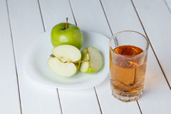 Χυμός της Apple από τα πράσινα μήλα σε ένα άσπρο ξύλινο υπόβαθρο Στοκ φωτογραφία με δικαίωμα ελεύθερης χρήσης