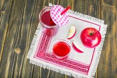 Χυμός της Apple από τα φρέσκα ώριμα μήλα Στοκ Εικόνα