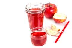 Χυμός της Apple από τα φρέσκα ώριμα μήλα Στοκ Εικόνες