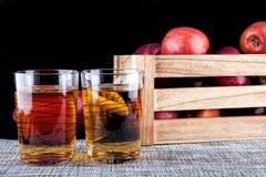Χυμός της Apple και ένα κιβώτιο των μήλων Μαύρη ανασκόπηση Στοκ εικόνα με δικαίωμα ελεύθερης χρήσης