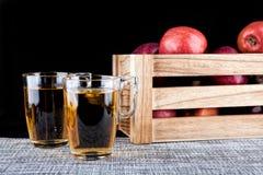 Χυμός της Apple και ένα κιβώτιο των μήλων Μαύρη ανασκόπηση Στοκ Εικόνα