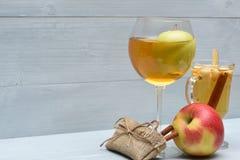 Χυμός της Apple και glintwein με την κανέλα Στοκ φωτογραφίες με δικαίωμα ελεύθερης χρήσης