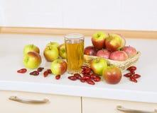 Χυμός της Apple με τα μήλα και Cornelian κεράσι στον πίνακα Στοκ φωτογραφία με δικαίωμα ελεύθερης χρήσης