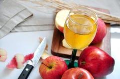 Χυμός της Apple με τη φρέσκια Apple και μαχαίρι στο υπόβαθρο Στοκ φωτογραφία με δικαίωμα ελεύθερης χρήσης