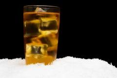 Χυμός της Apple με τους κύβους πάγου στο Μαύρο στον πάγο Στοκ Εικόνες