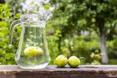 Χυμός της Apple με το μήλο μέσα στο φλυτζάνι Στοκ φωτογραφία με δικαίωμα ελεύθερης χρήσης
