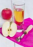 Χυμός της Apple που συμπιέζεται πρόσφατα στο γυαλί στο ξύλο Στοκ Εικόνες
