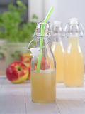 Χυμός της Apple σε ένα μπουκάλι Στοκ φωτογραφία με δικαίωμα ελεύθερης χρήσης