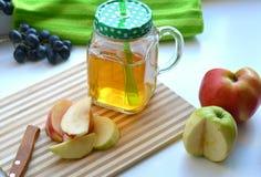 Χυμός της Apple σε μια κούπα και τα φρούτα Στοκ εικόνες με δικαίωμα ελεύθερης χρήσης