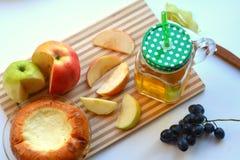 Χυμός της Apple σε μια κούπα και τα φρούτα Στοκ εικόνα με δικαίωμα ελεύθερης χρήσης