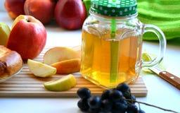 Χυμός της Apple σε μια κούπα και τα φρούτα Στοκ φωτογραφία με δικαίωμα ελεύθερης χρήσης