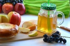 Χυμός της Apple σε μια κούπα και τα φρούτα Στοκ Φωτογραφία