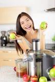 Χυμός της Apple στη μηχανή juicer στο σπίτι στην κουζίνα Στοκ Εικόνες