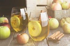 Χυμός της Apple στο γυαλί με την κανέλα και anisetree σε ένα σκοτεινό woode Στοκ φωτογραφία με δικαίωμα ελεύθερης χρήσης