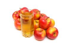 Χυμός της Apple στο γυαλί και μήλα σε ένα άσπρο υπόβαθρο Στοκ φωτογραφία με δικαίωμα ελεύθερης χρήσης