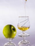 Χυμός της Apple στο γυαλί που απομονώνεται στο άσπρο ποτό υποβάθρου, καλοκαίρι, υγιές Στοκ εικόνα με δικαίωμα ελεύθερης χρήσης