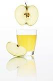 Χυμός της Apple στο γυαλί που απομονώνεται στο λευκό Στοκ φωτογραφία με δικαίωμα ελεύθερης χρήσης