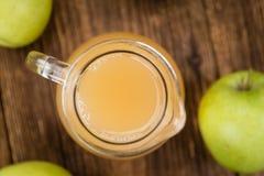 Χυμός της Apple στο εκλεκτής ποιότητας ξύλινο υπόβαθρο Στοκ Εικόνες