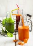 Χυμός φρούτων και λαχανικών στο μπουκάλι Στοκ Φωτογραφία
