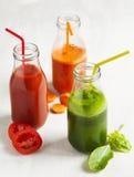 Χυμός φρούτων και λαχανικών στο μπουκάλι Στοκ Φωτογραφίες