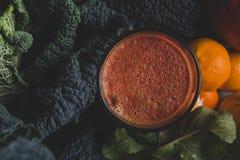 Χυμός Detox από τα οργανικά φρούτα και λαχανικά Στοκ Εικόνες