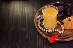 Χυμός Ramadan για iftar που γίνεται από τα φρέσκα βερίκοκα με τα ξηρά βερίκοκα και τις ημερομηνίες Στοκ εικόνα με δικαίωμα ελεύθερης χρήσης