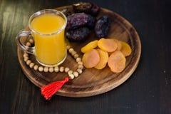Χυμός Ramadan για iftar που γίνεται από τα φρέσκα βερίκοκα με τα ξηρά βερίκοκα και τις ημερομηνίες Στοκ Εικόνες