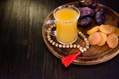 Χυμός Ramadan για iftar που γίνεται από τα φρέσκα βερίκοκα με τα ξηρά βερίκοκα και τις ημερομηνίες Στοκ Φωτογραφία