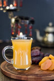 Χυμός Ramadan για iftar που γίνεται από τα φρέσκα βερίκοκα με τα ξηρά βερίκοκα και τις ημερομηνίες Στοκ Φωτογραφίες
