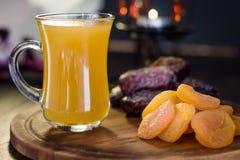 Χυμός Ramadan για iftar που γίνεται από τα φρέσκα βερίκοκα με τα ξηρά βερίκοκα και τις ημερομηνίες Στοκ Εικόνα
