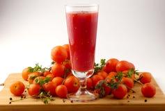 Χυμός Tamoto με τις ντομάτες πιπεριών και κερασιών στην ξύλινη σανίδα ISO Στοκ φωτογραφίες με δικαίωμα ελεύθερης χρήσης