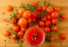 Χυμός Tamoto με τις ντομάτες πιπεριών και κερασιών στην ξύλινη σανίδα ISO Στοκ Εικόνα