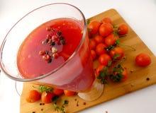 Χυμός Tamoto με τις ντομάτες πιπεριών και κερασιών στην ξύλινη σανίδα ISO Στοκ εικόνα με δικαίωμα ελεύθερης χρήσης