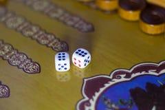 Χωρίζει σε τετράγωνα το σύνολο Επιτραπέζιο παιχνίδι ταβλιών παιχνιδιού Το κύλισμα χωρίζει σε τετράγωνα στο παλαιό επιτραπέζιο παι στοκ φωτογραφίες