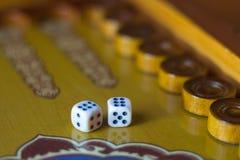 Χωρίζει σε τετράγωνα το σύνολο Επιτραπέζιο παιχνίδι ταβλιών παιχνιδιού Το κύλισμα χωρίζει σε τετράγωνα στο παλαιό επιτραπέζιο παι στοκ εικόνες