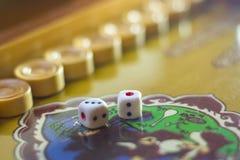 Χωρίζει σε τετράγωνα το σύνολο Επιτραπέζιο παιχνίδι ταβλιών παιχνιδιού Το κύλισμα χωρίζει σε τετράγωνα στο παλαιό επιτραπέζιο παι στοκ φωτογραφία με δικαίωμα ελεύθερης χρήσης